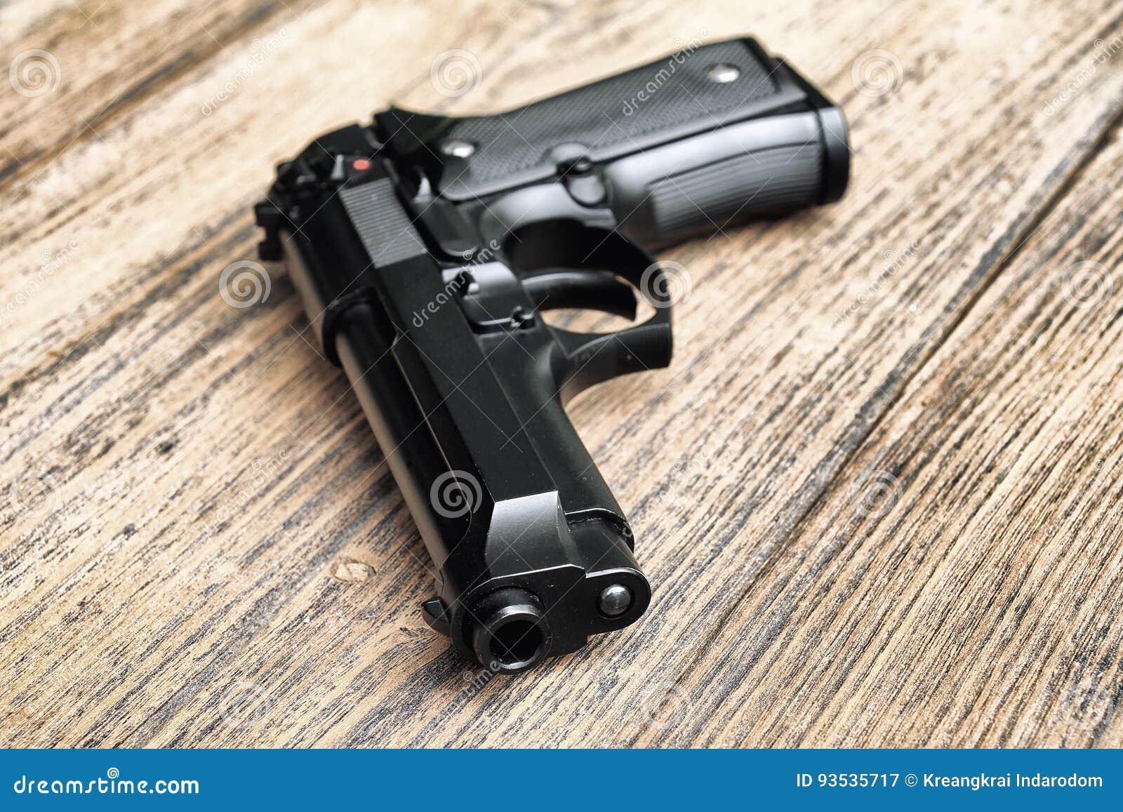 说谎在木背景的半自动手枪  9mm手枪