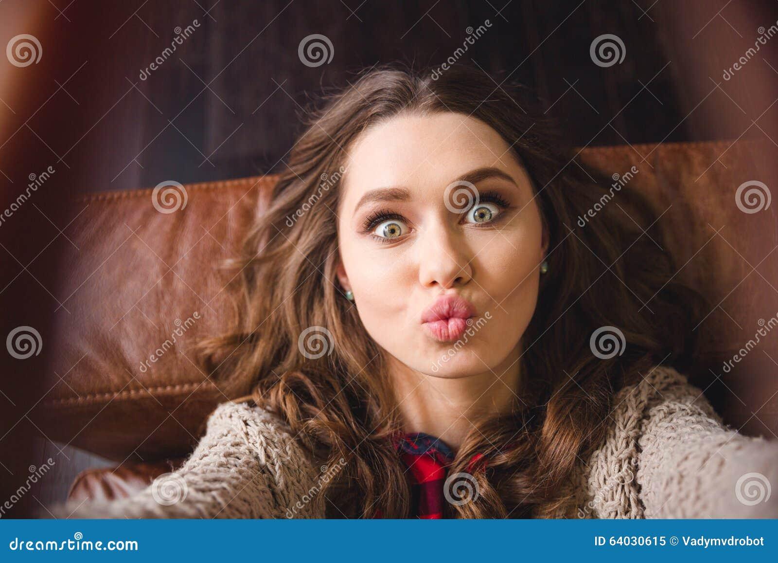 说谎在沙发和做selfie照片的妇女
