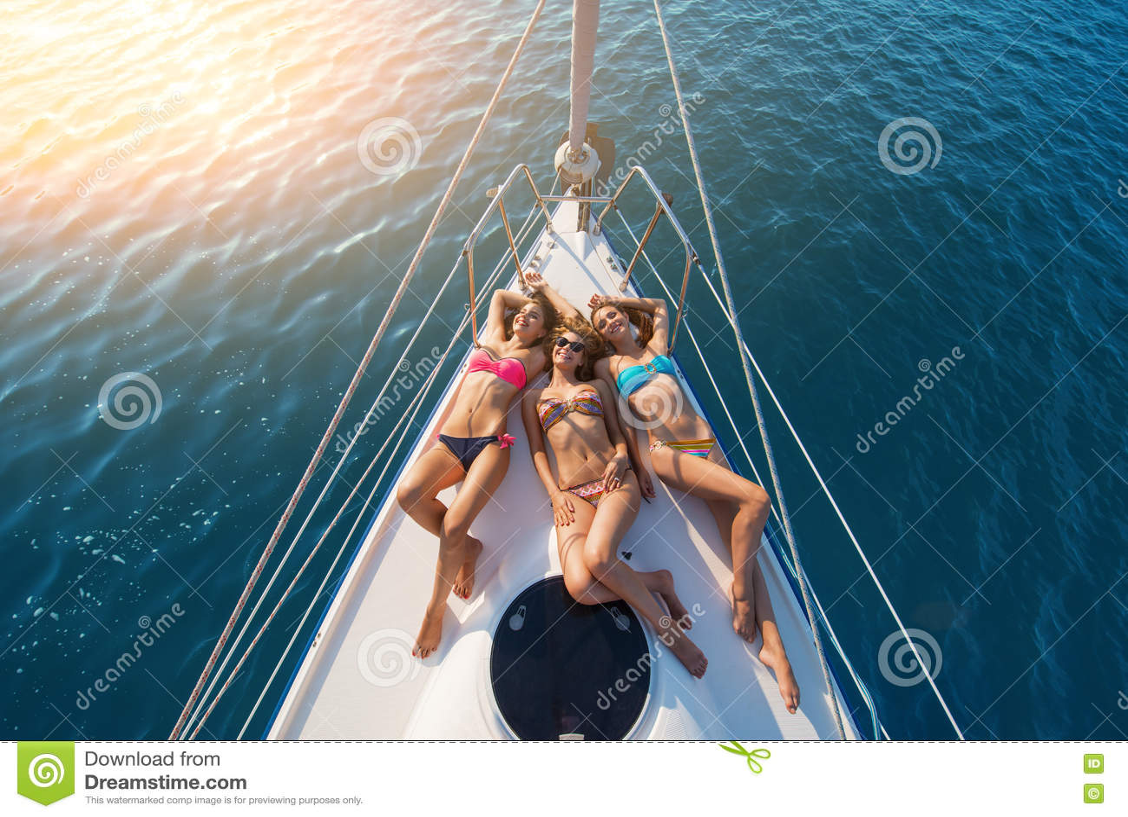 说谎在游艇的女孩