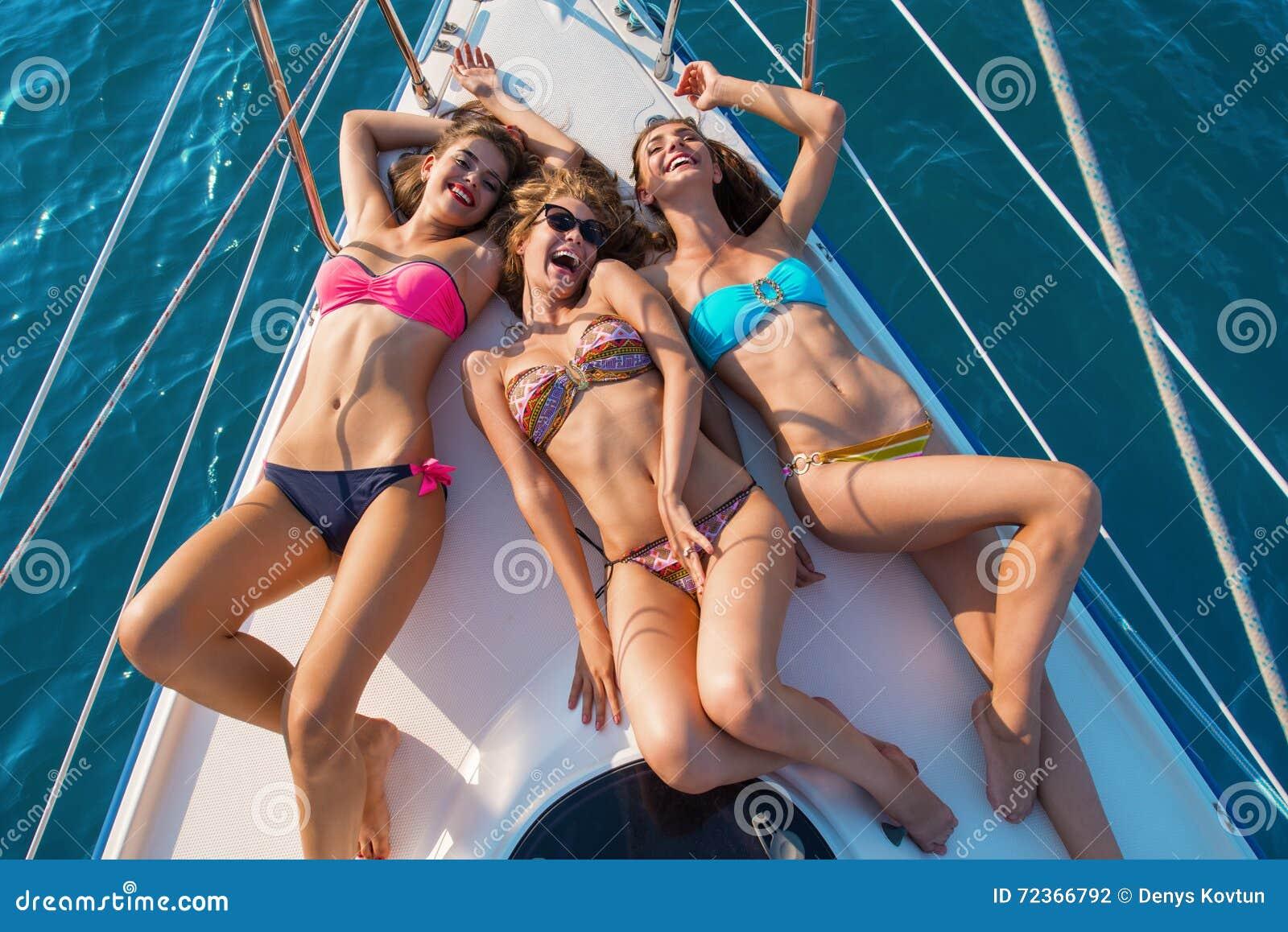 说谎在游艇的微笑的女孩