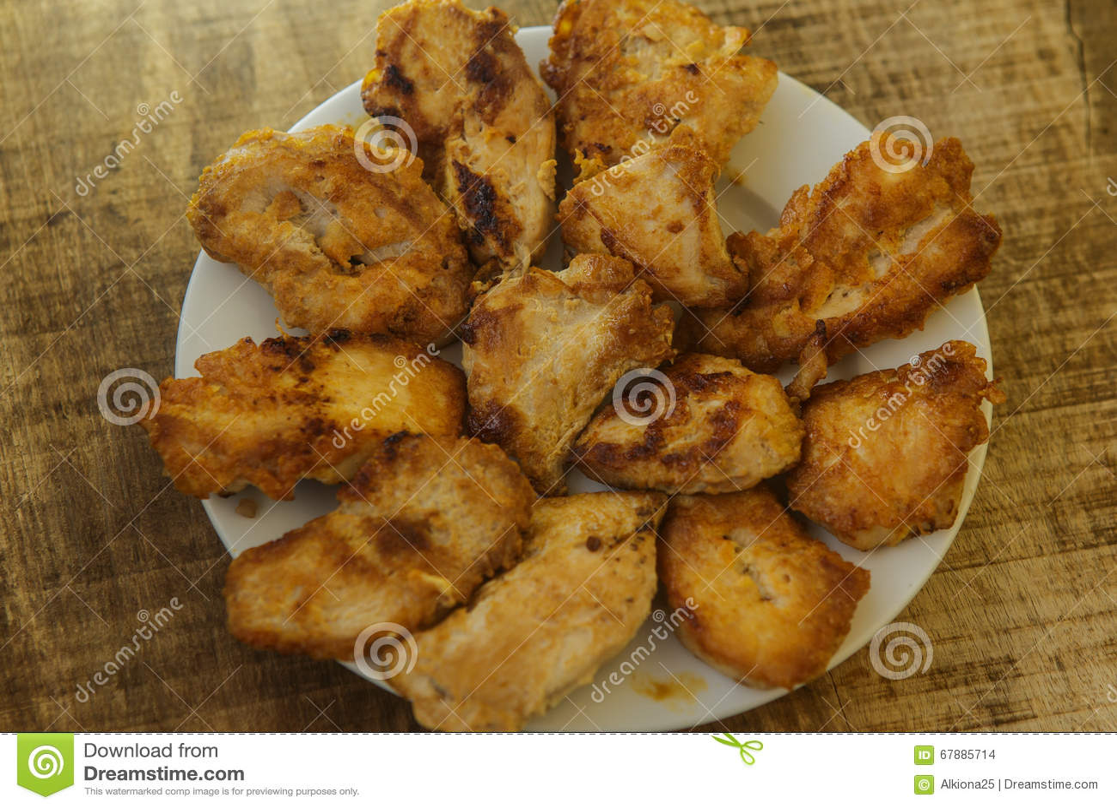 说谎在白色板材的鸡顶视图油煎的片断