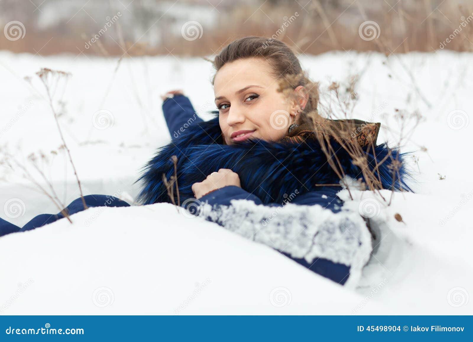 说谎在雪的美丽的妇女
