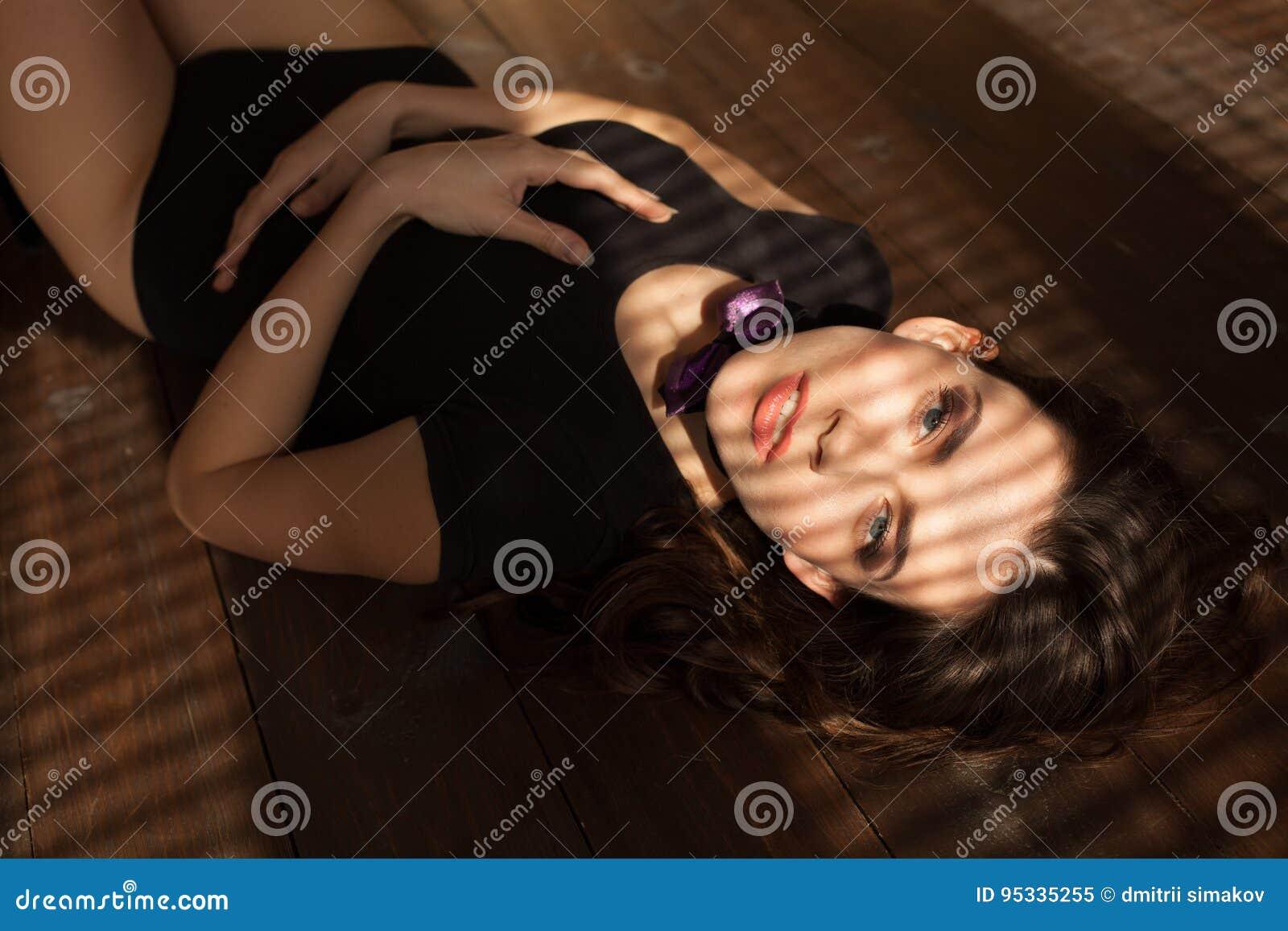 说谎在他的内衣的地板上的性感的女孩