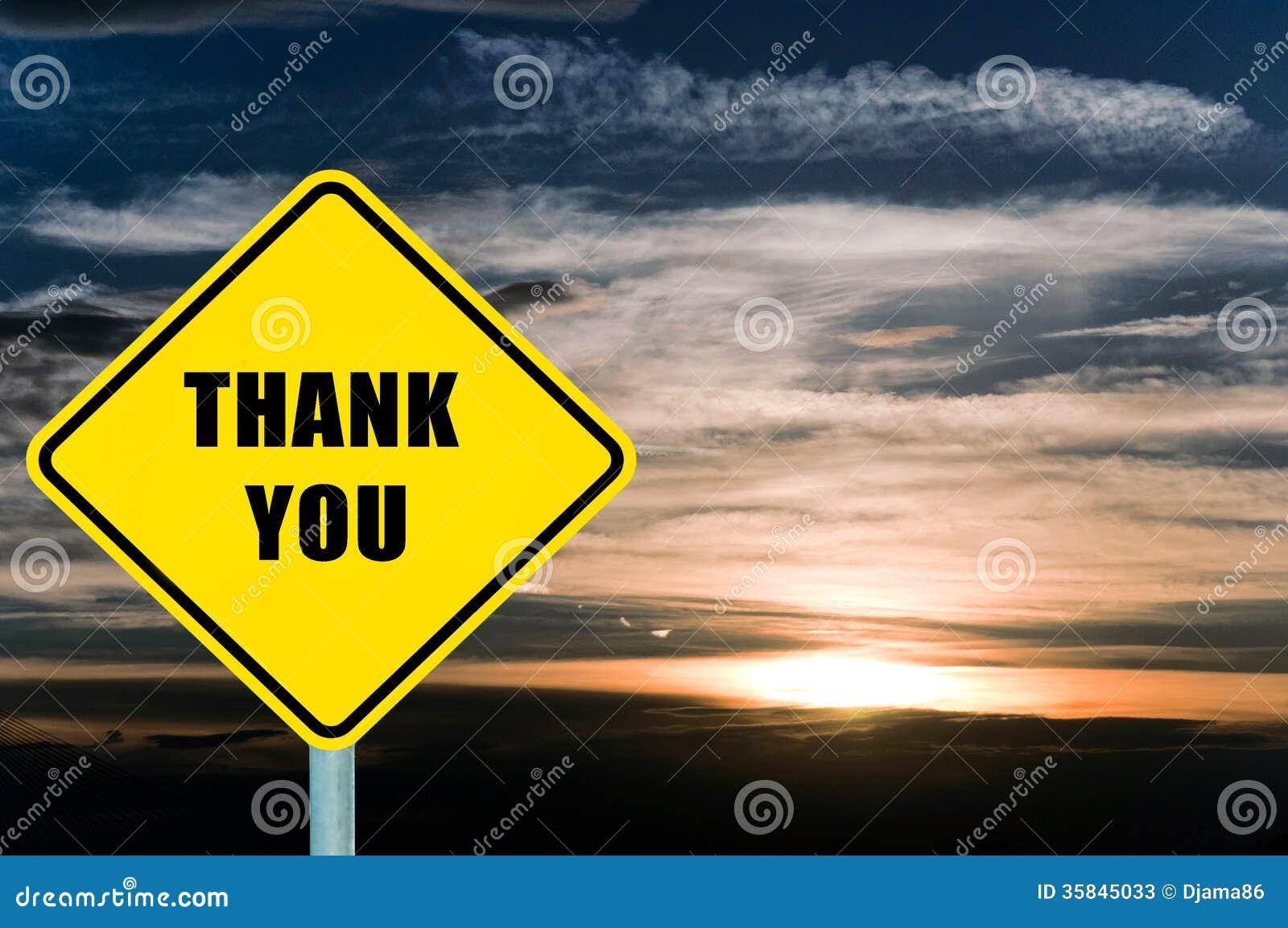 谢谢与云彩和天空的黄色路标在背景中.图片