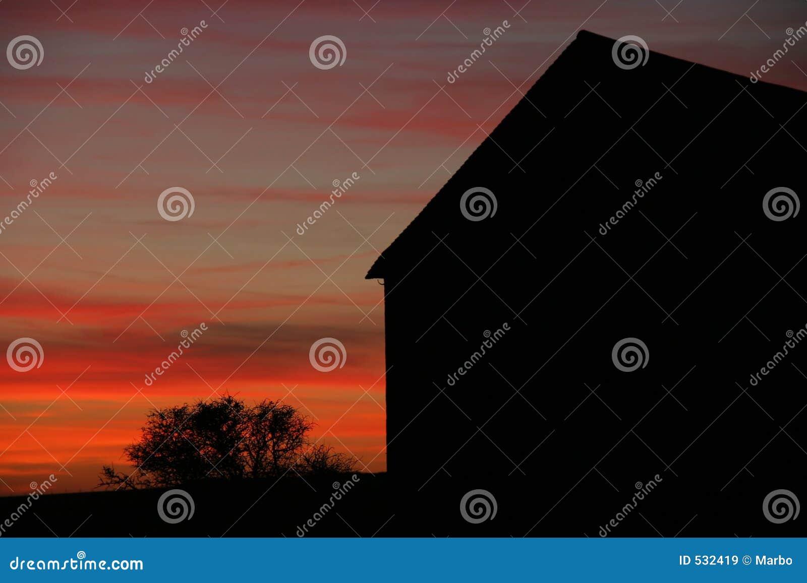 Download 谷仓剪影 库存图片. 图片 包括有 剪影, 红色, 布琼布拉, 天空, 屋顶, 黄昏, 日落, 灌木, 农场 - 532419