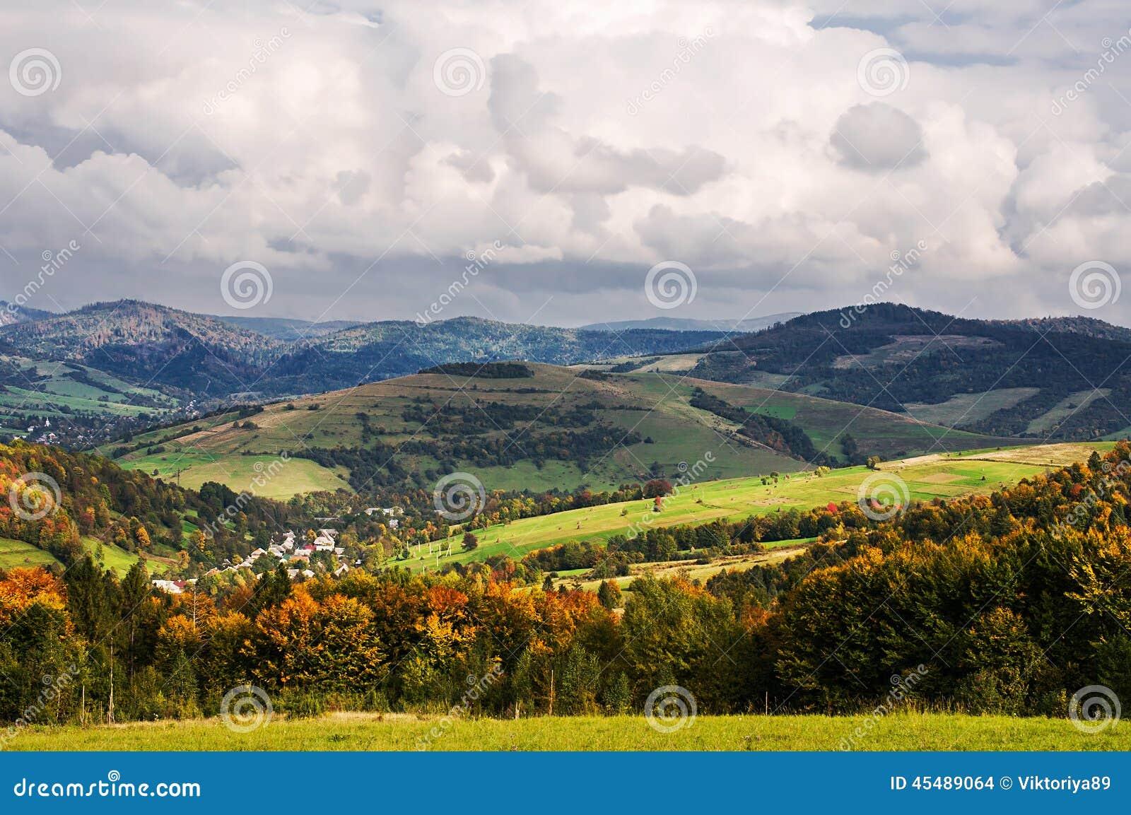 谷的村庄在山的脚