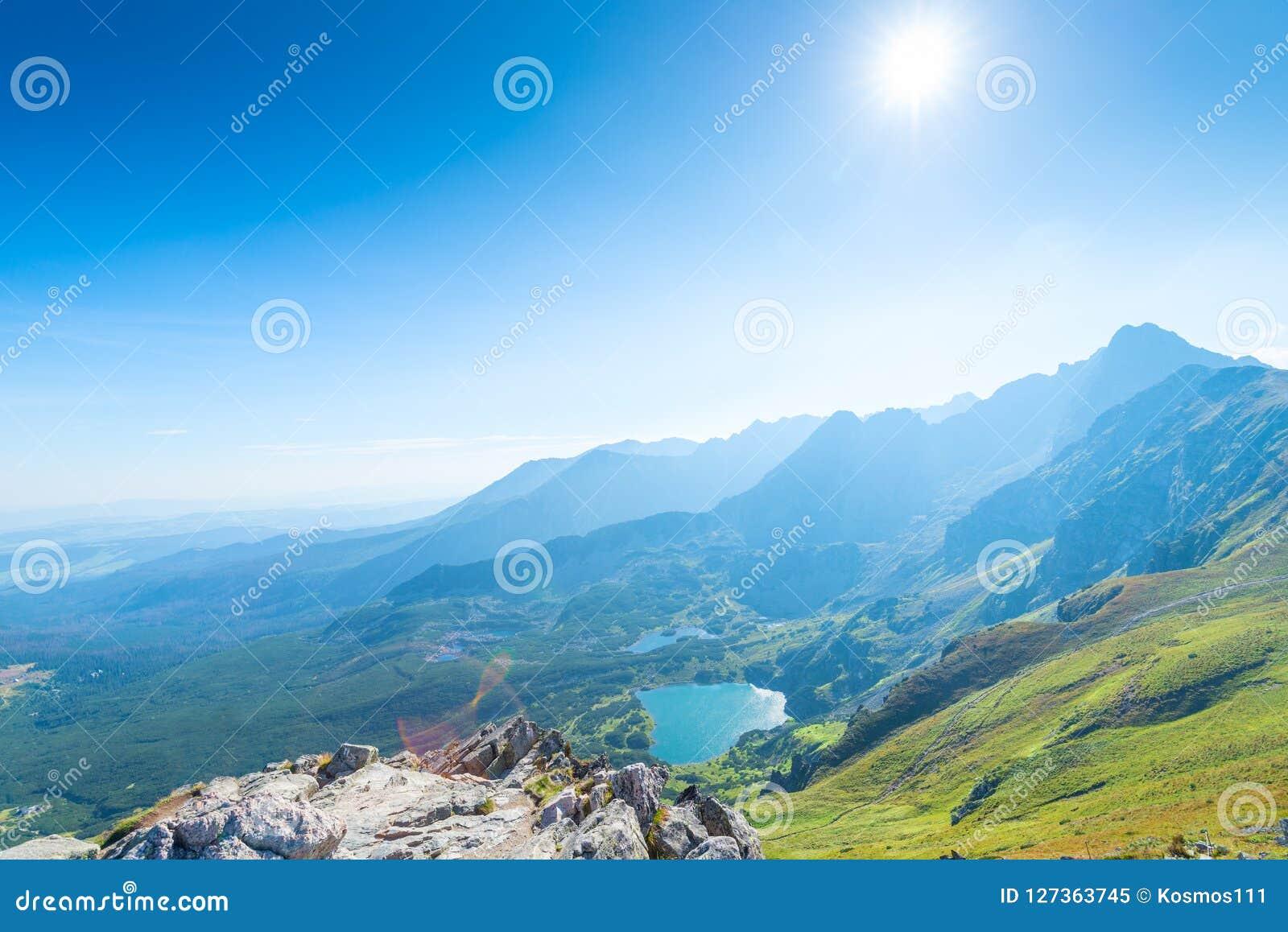 谷的海报视图与Tatra山湖的