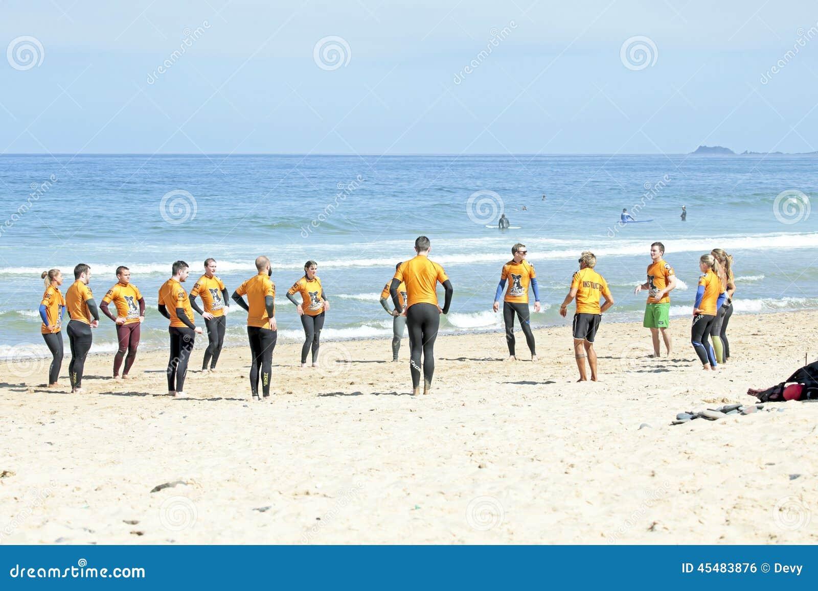 谷FIGUEIRAS,葡萄牙-做excersises的冲浪者