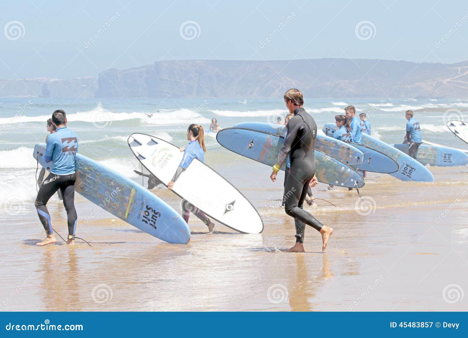谷FIGUEIRAS,葡萄牙-得到海浪的冲浪者分类