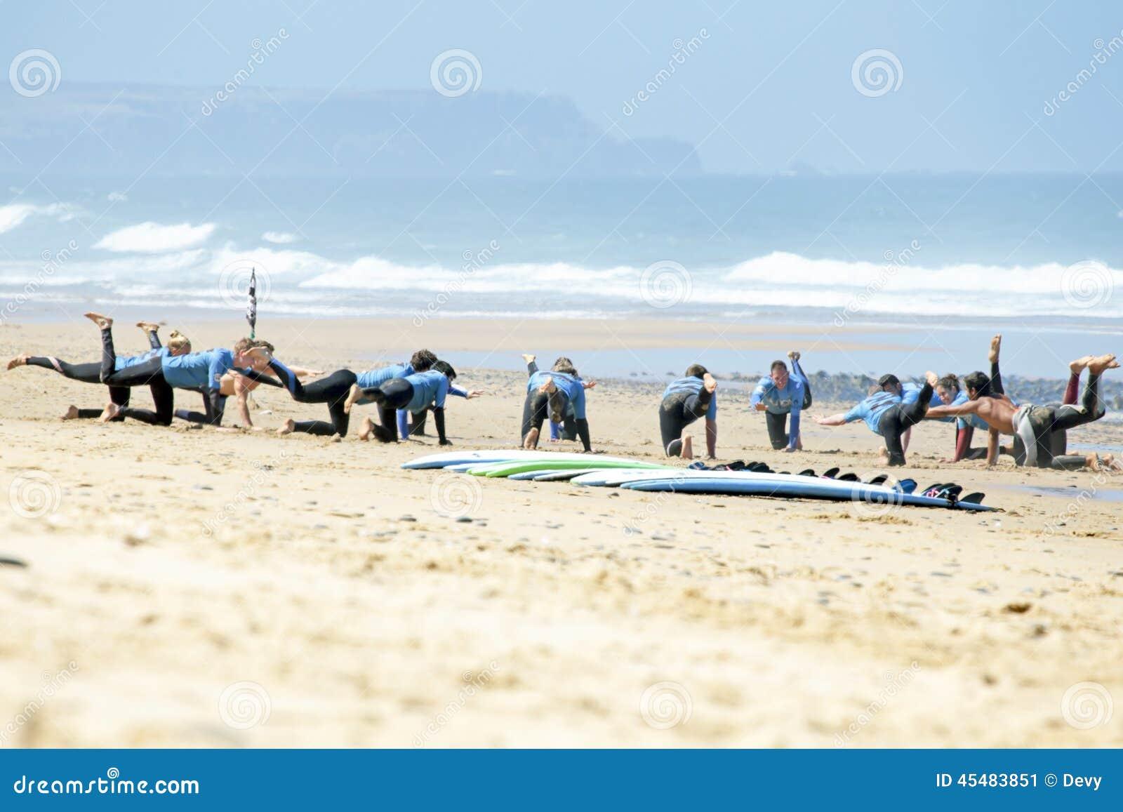 谷FIGUEIRAS,葡萄牙- 2014年8月16日:做excers的冲浪者