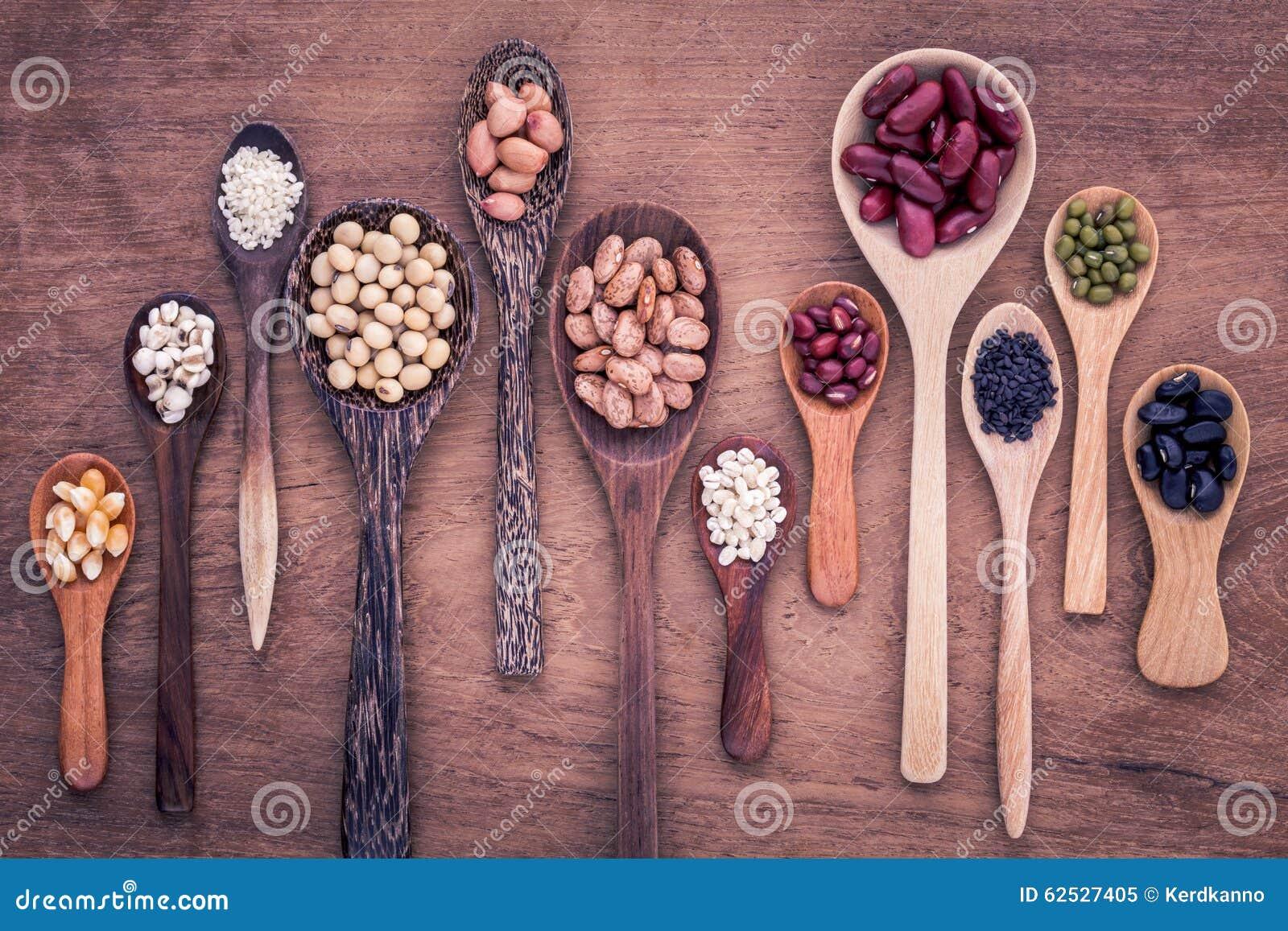 豆和扁豆的分类在木匙子在柚木树木头bac