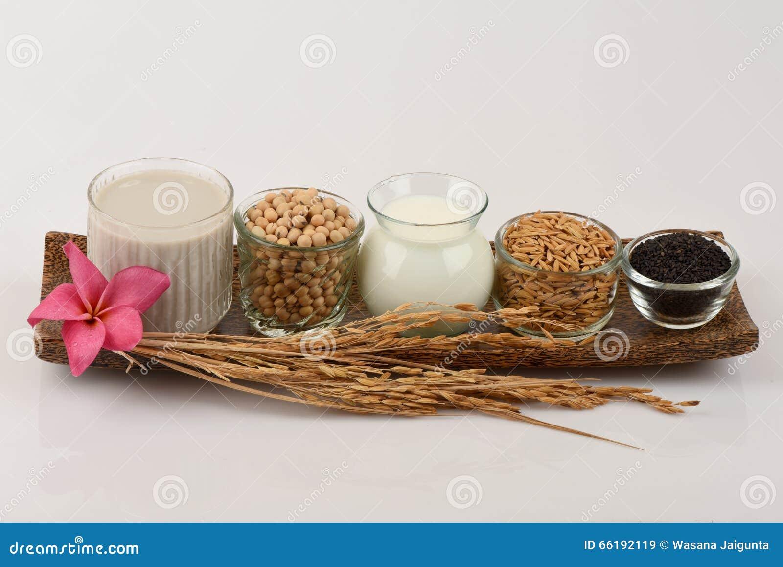 豆浆,大豆,黑芝麻籽和发芽的核桃(gaba)糙米蜂王浆图片