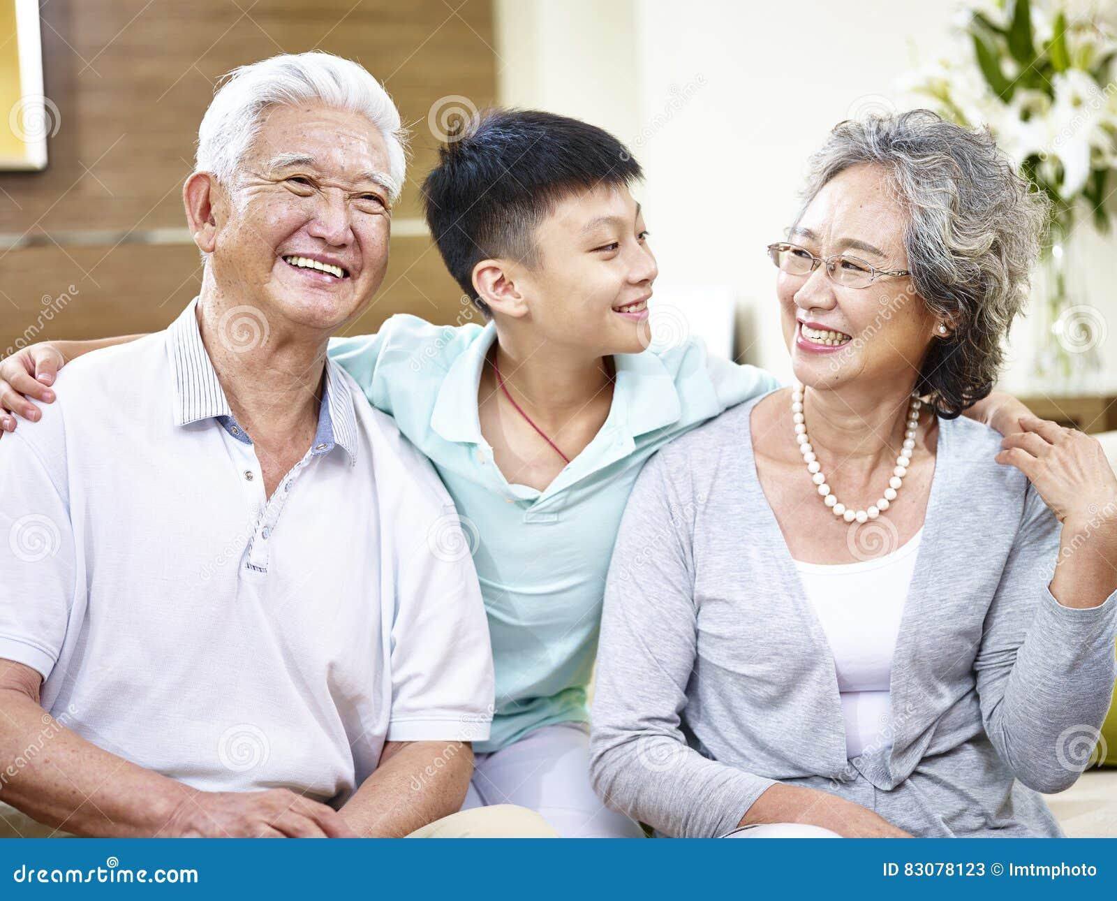 画象亚裔祖父母和孙