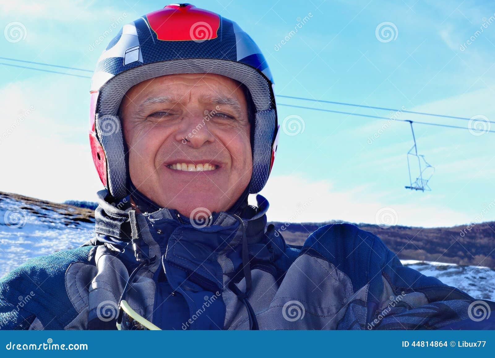 画象微笑的年长人滑雪盔甲雪
