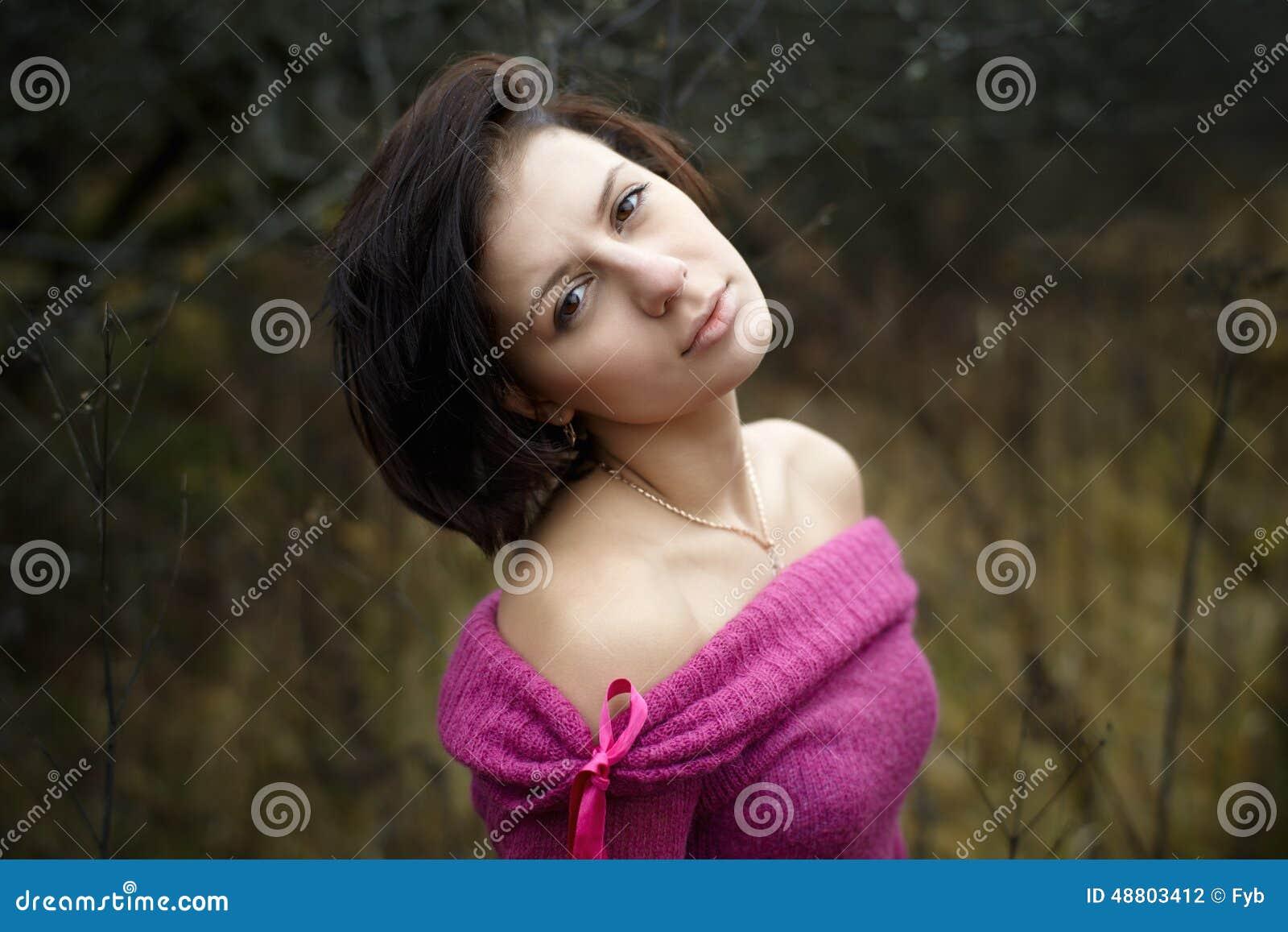 画象户外美丽的妇女