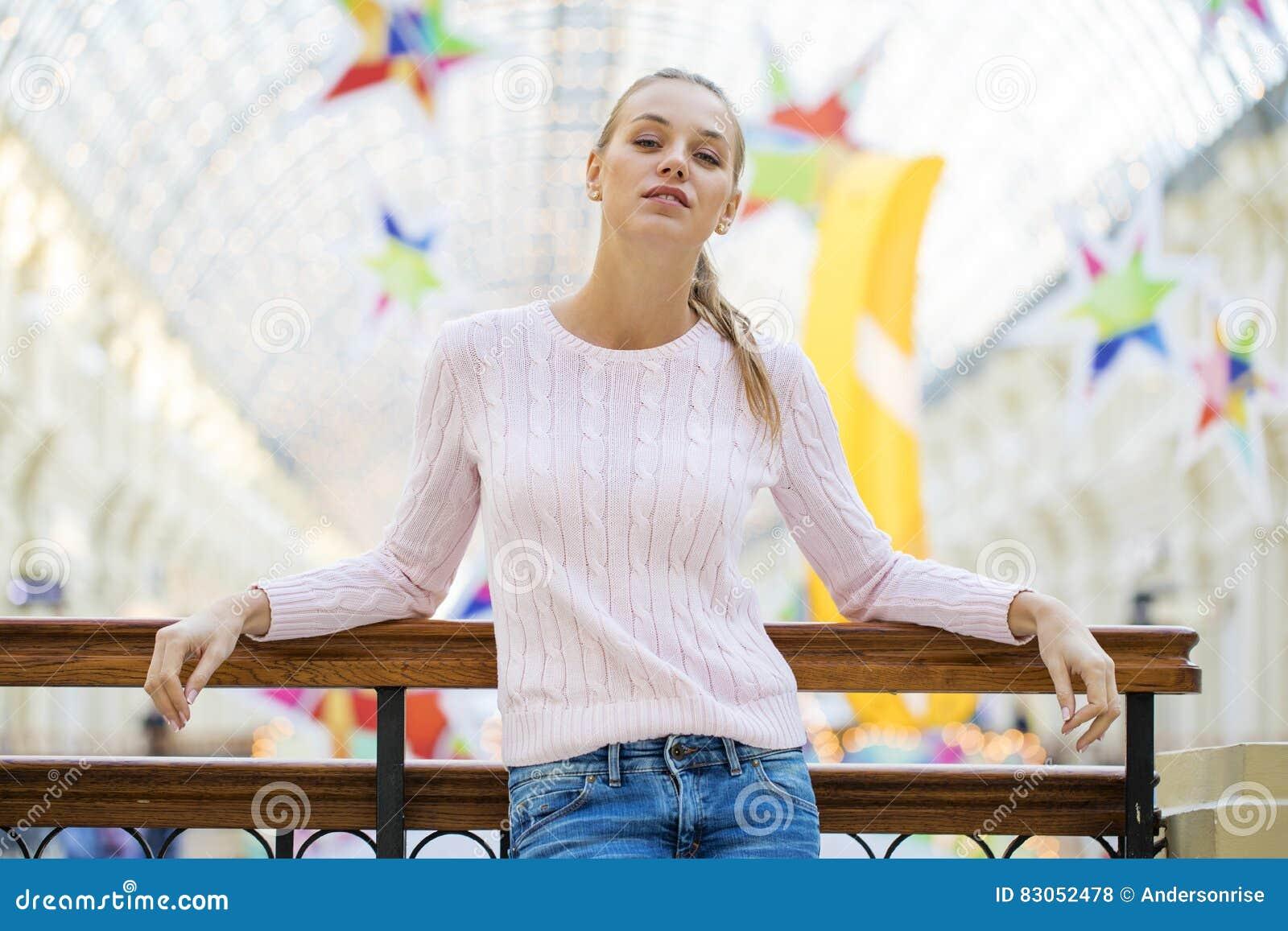 画象接近年轻美丽的愉快的妇女