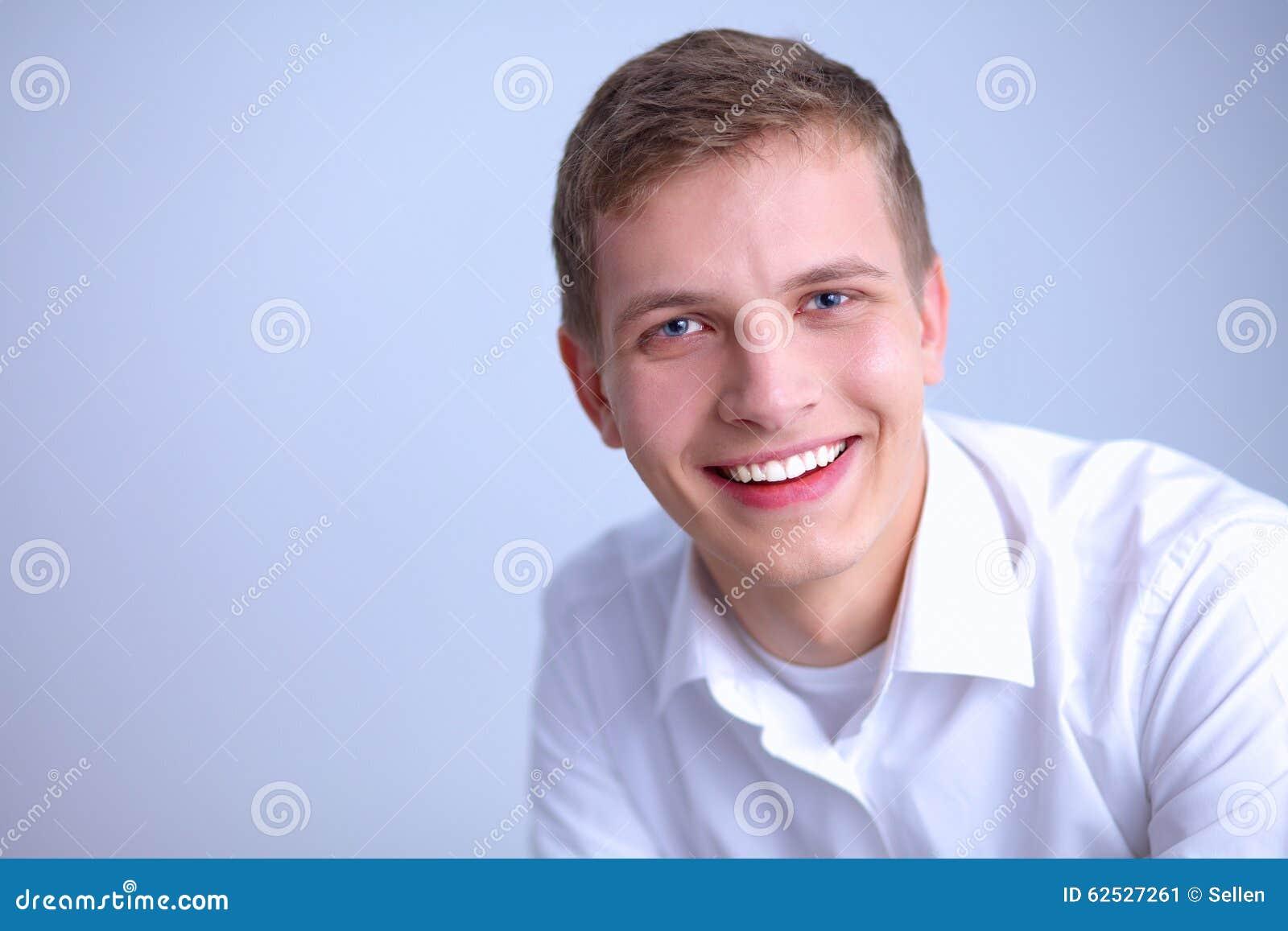 画象年轻人微笑的坐灰色