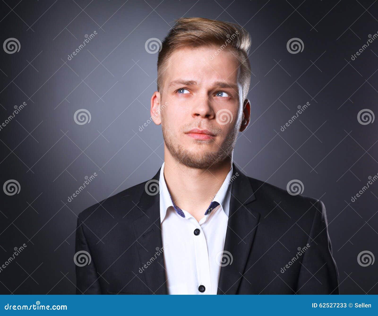 画象年轻人微笑的站立在灰色
