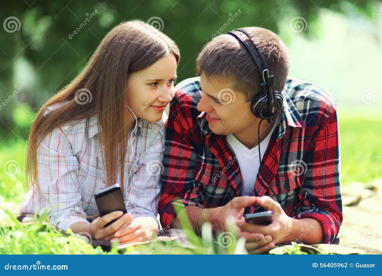 画象年轻夫妇说谎的一起放松在草