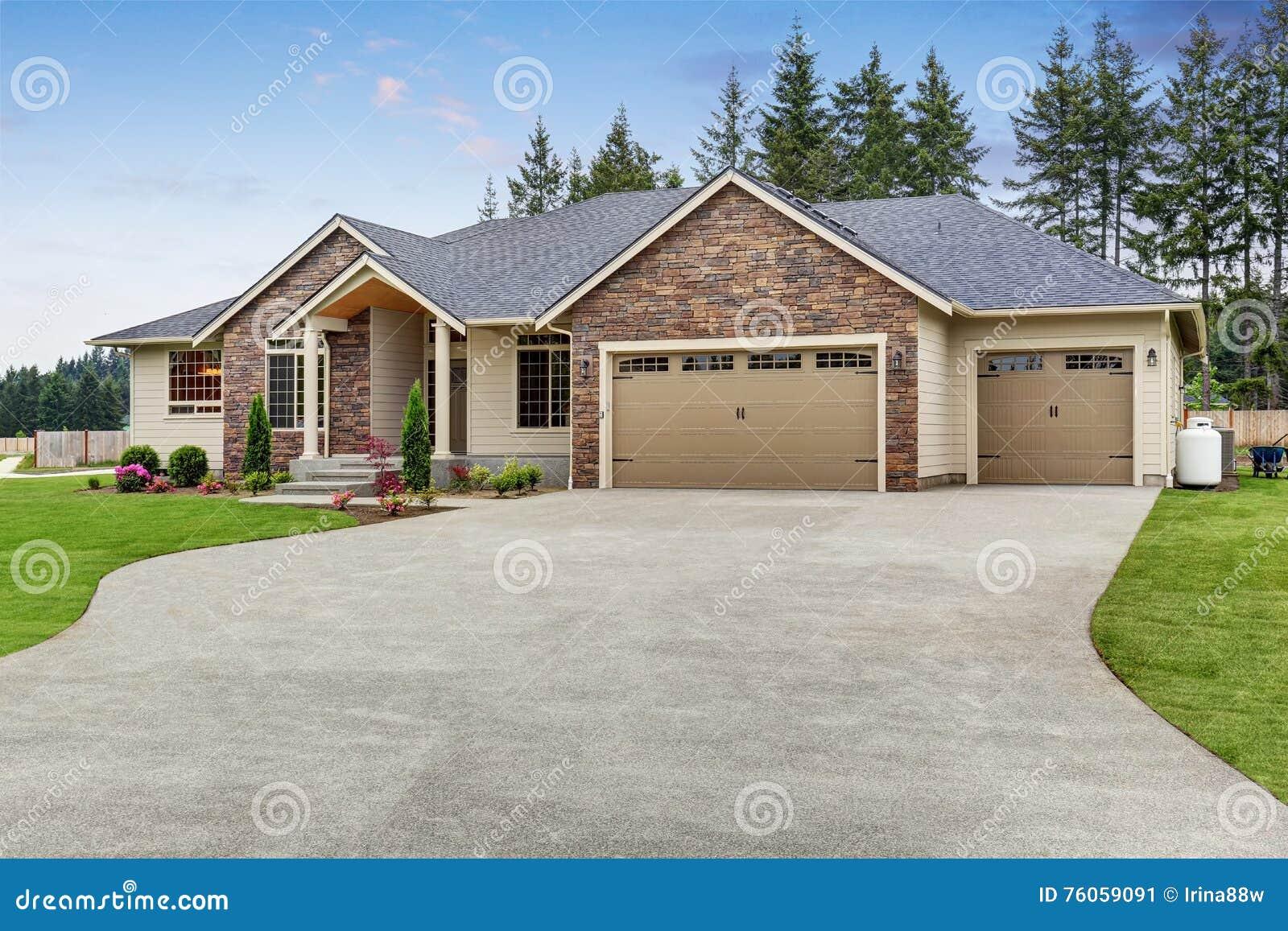 豪华一平实房子外部与砖修剪和车库