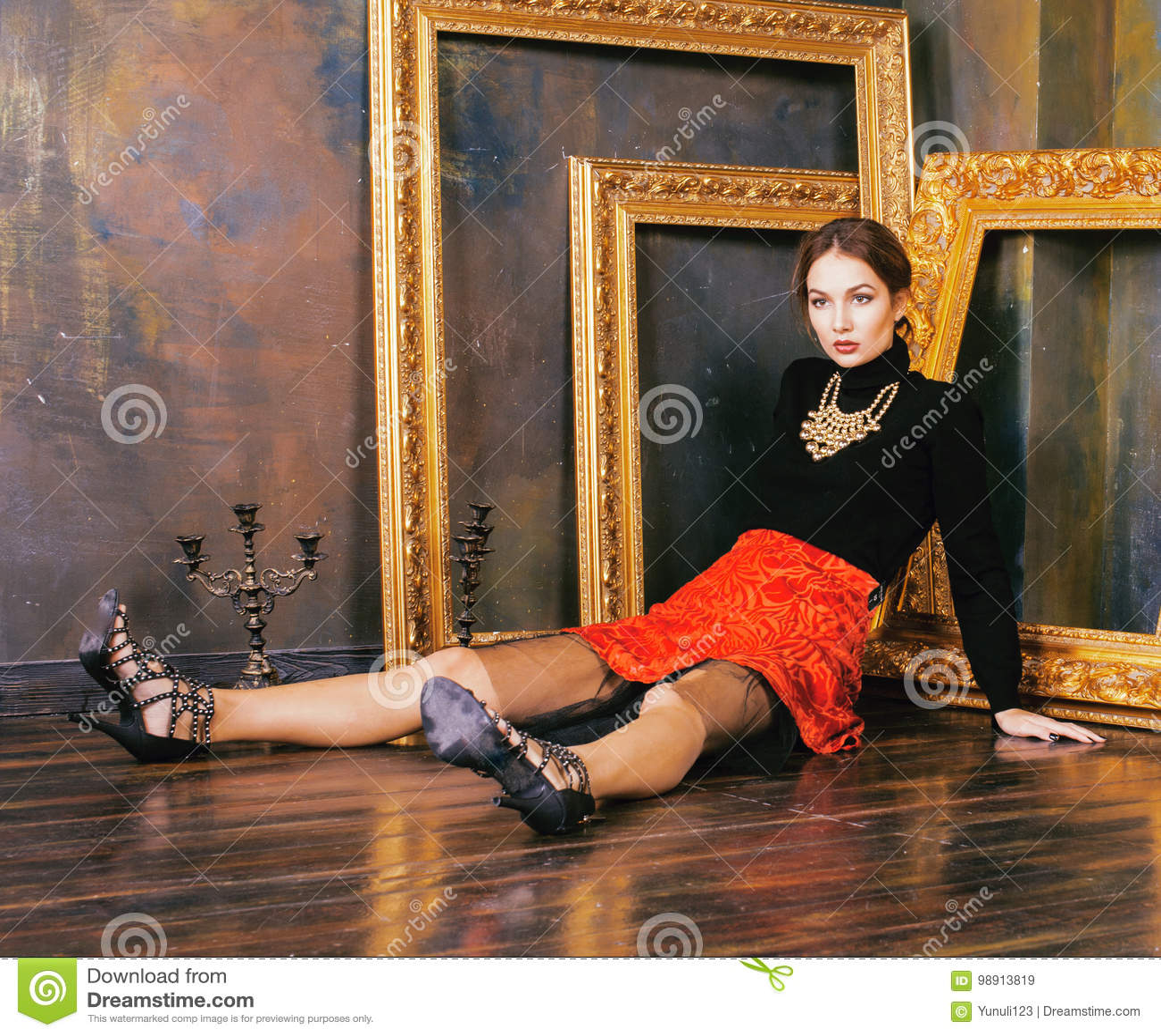 豪华内部近的空的框架的秀丽富有的深色的妇女,葡萄酒高雅