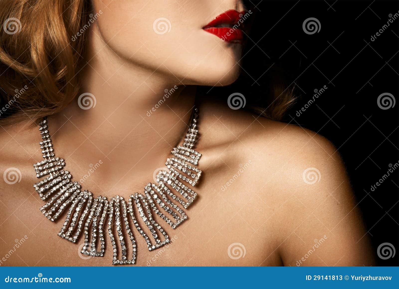 豪华妇女方式纵向有珠宝的