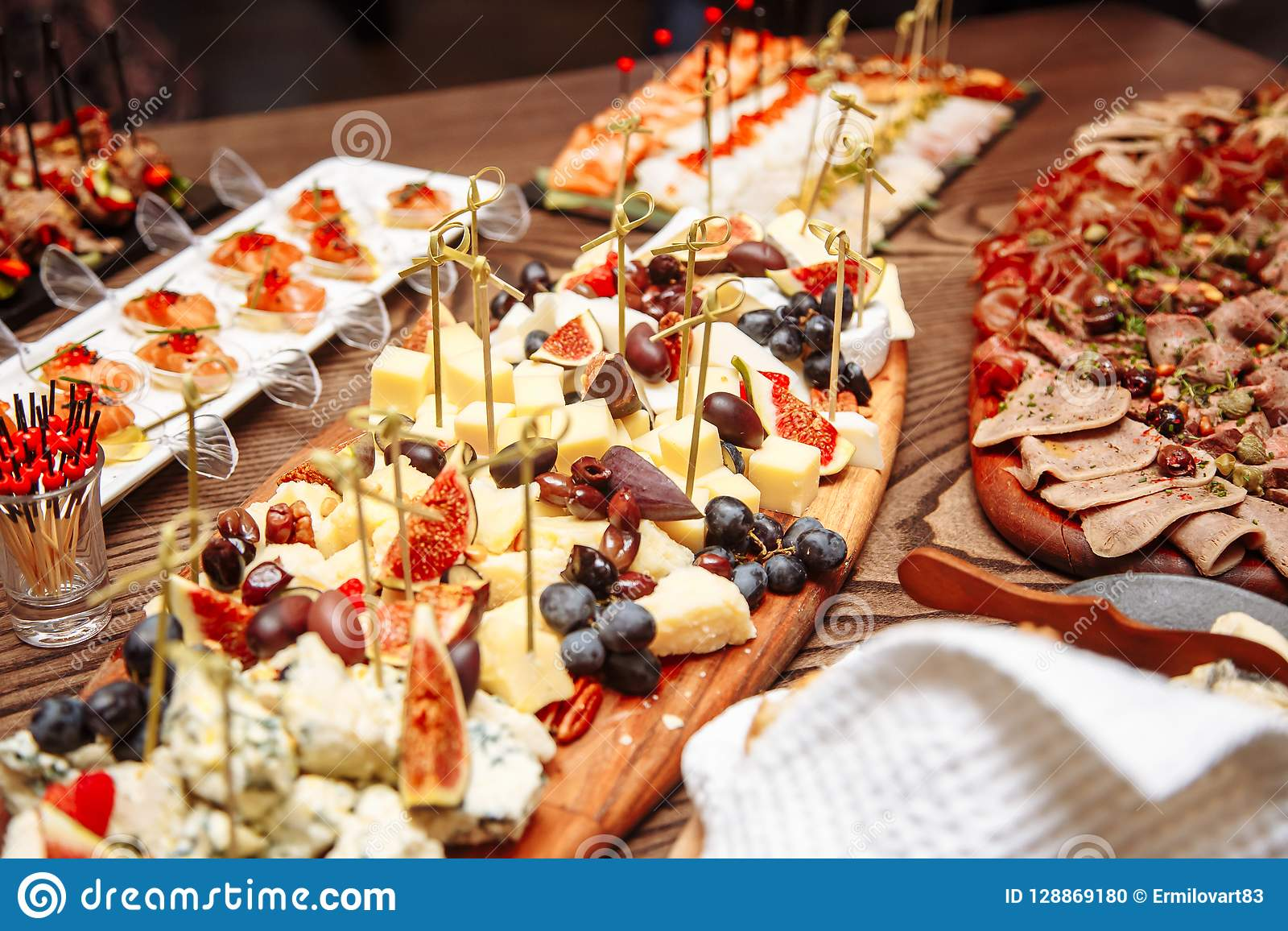 豪华宴会桌设置在餐馆 与快餐的表