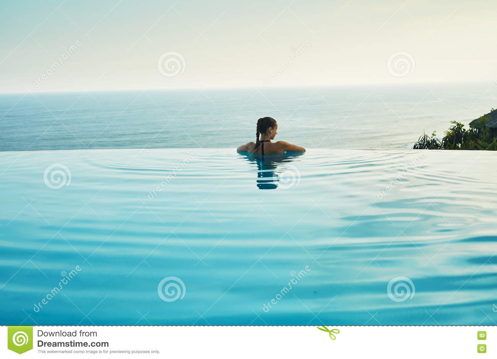 豪华旅游胜地 放松在池的妇女 夏天旅行假期