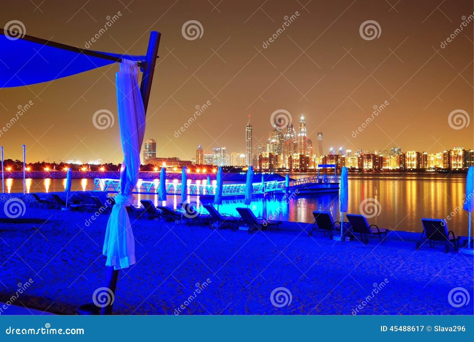 豪华旅馆海滩的夜照明在棕榈Jumeirah的