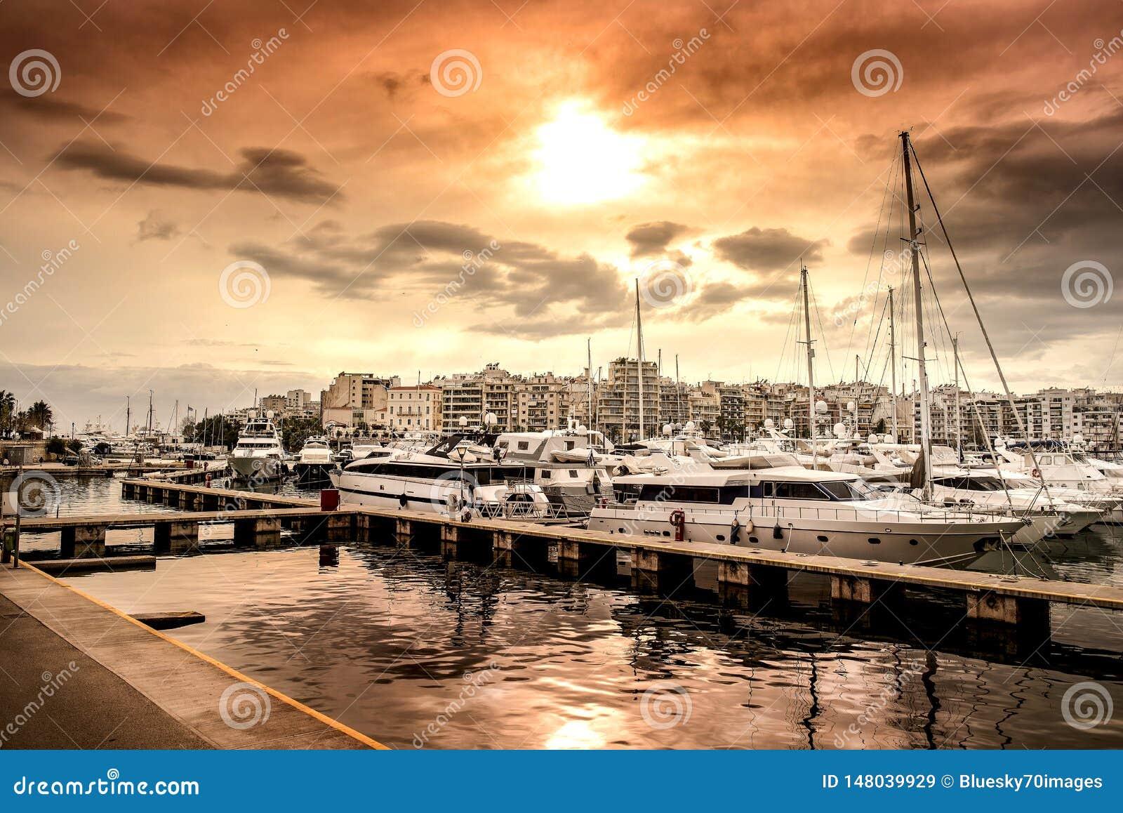 豪华汽艇和游艇在船坞 小游艇船坞Zeas,比雷埃夫斯,希腊