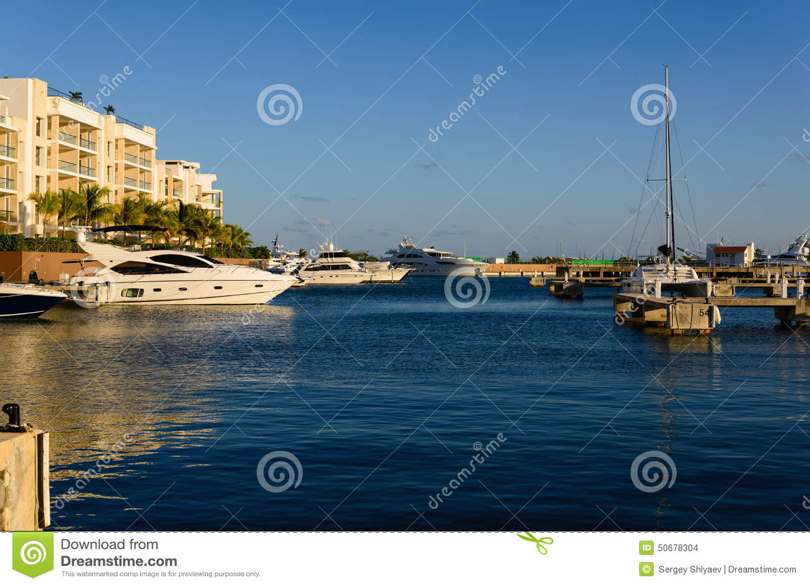 Download 豪华游艇行在小游艇船坞船坞的 库存照片. 图片 包括有 游艇, 本质, 旅行, 船舶, 户外, 马达, 气候 - 50678304