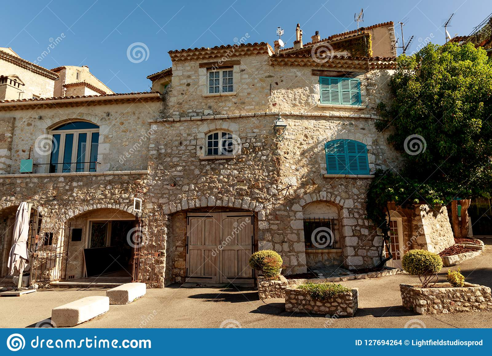 豪华石大厦门面在老欧洲镇,安地比斯,法国的