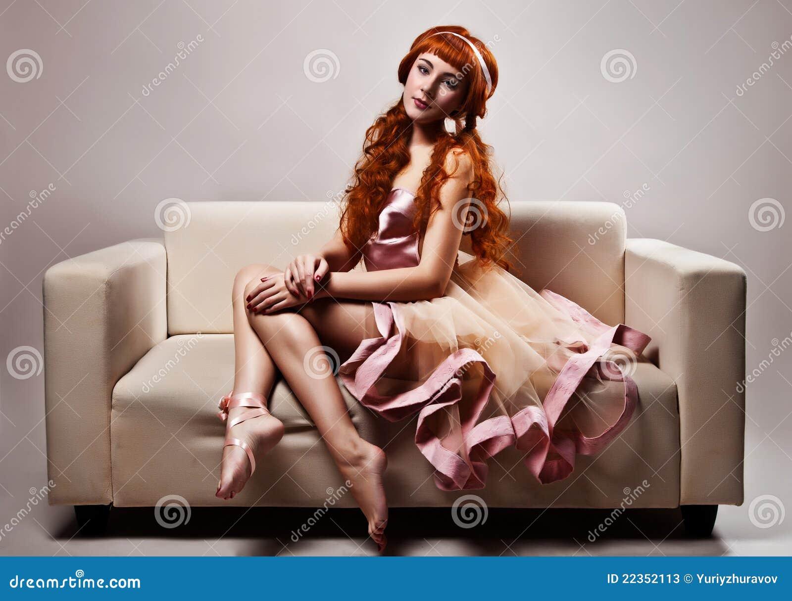 豪华礼服的妇女坐沙发