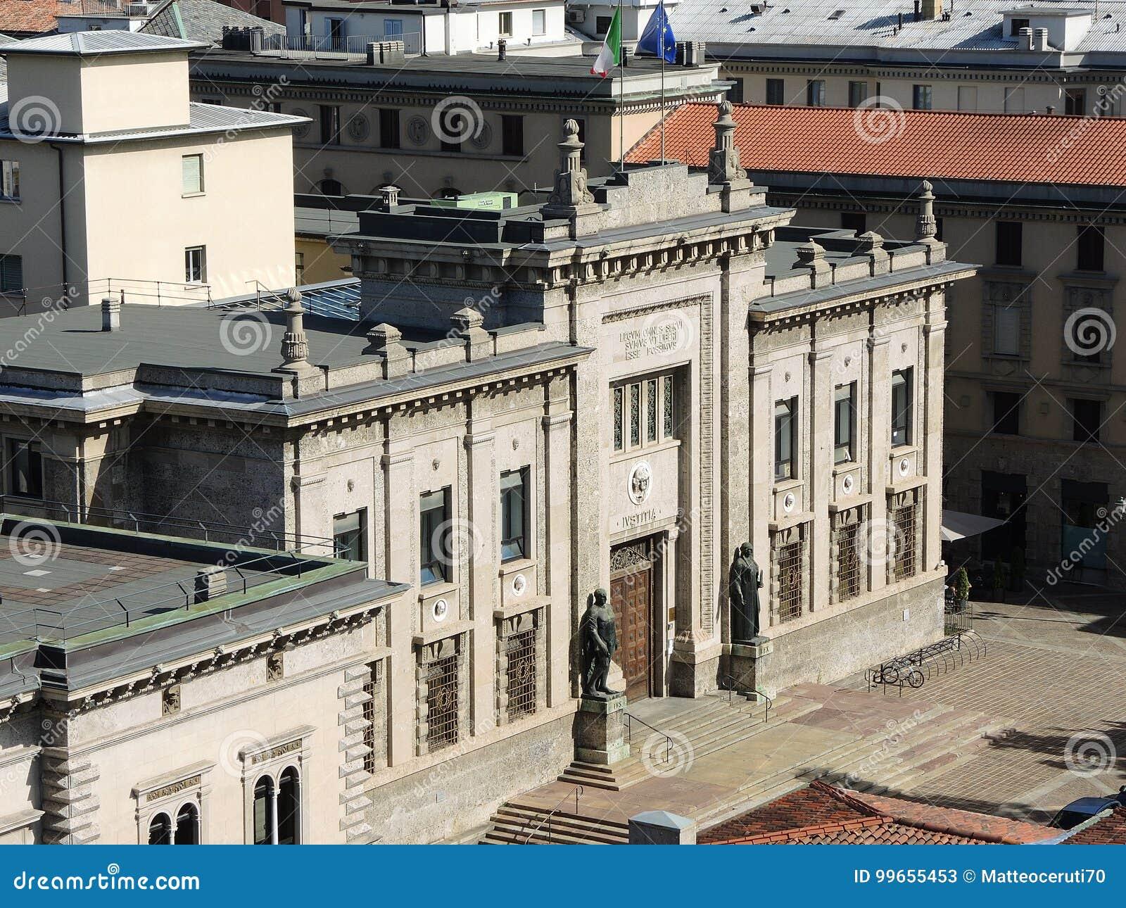 贝加莫意大利 犯罪法院大楼的门面在市中心