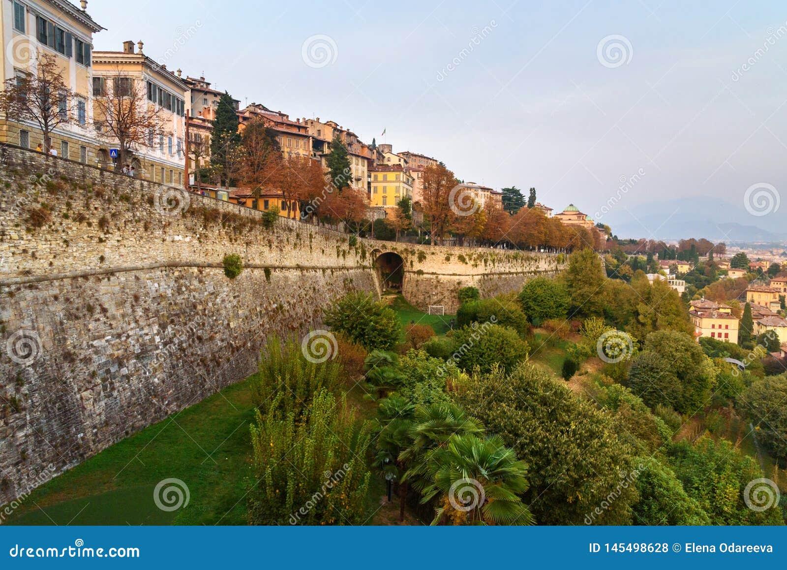 贝加莫看法有威尼斯式墙壁桑特安德里亚平台的在晚上 E