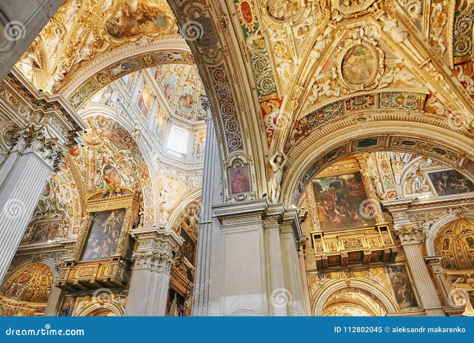 贝加莫,意大利- 2017年8月18日:贝加莫` s大教堂二圣玛丽亚Maggiore,华丽金内部