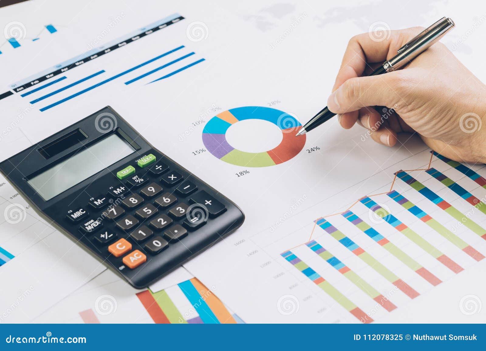 财务、企业预算计划或者分析概念,手举行