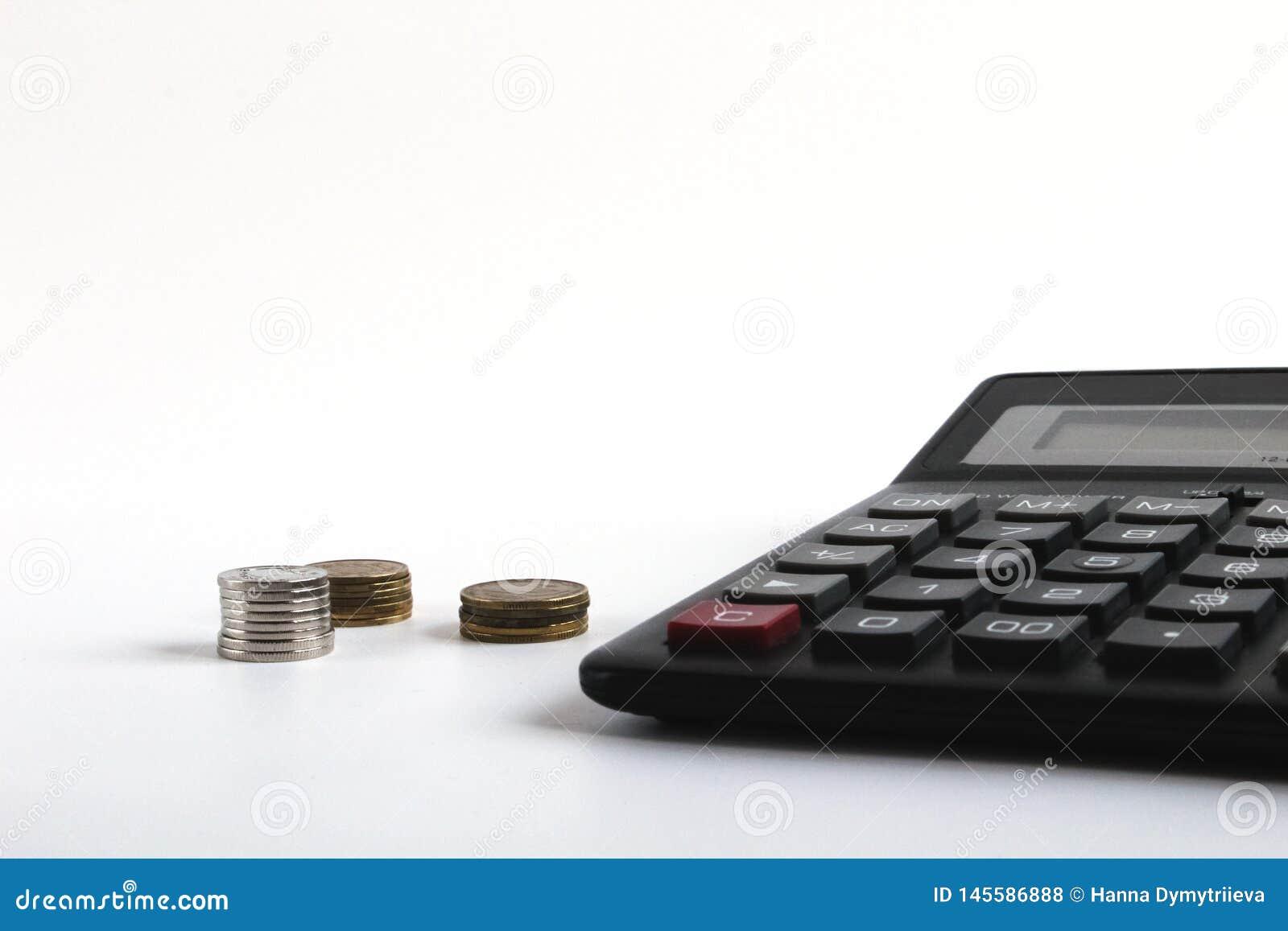 财务会计,在桌上的金钱计算器 企业、财务、攒钱、税、会计或者投资概念 ??