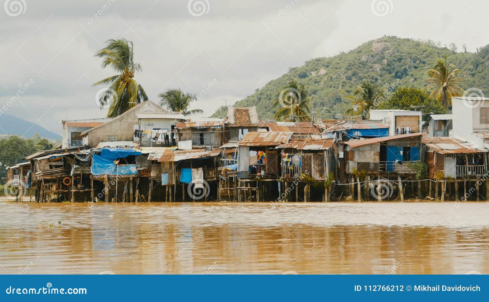 贫民窟在芽庄市 安置河 越南