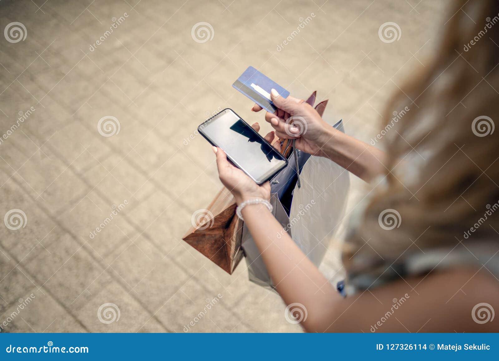 购物的妇女 信用卡,电话,购物,生活方式conce