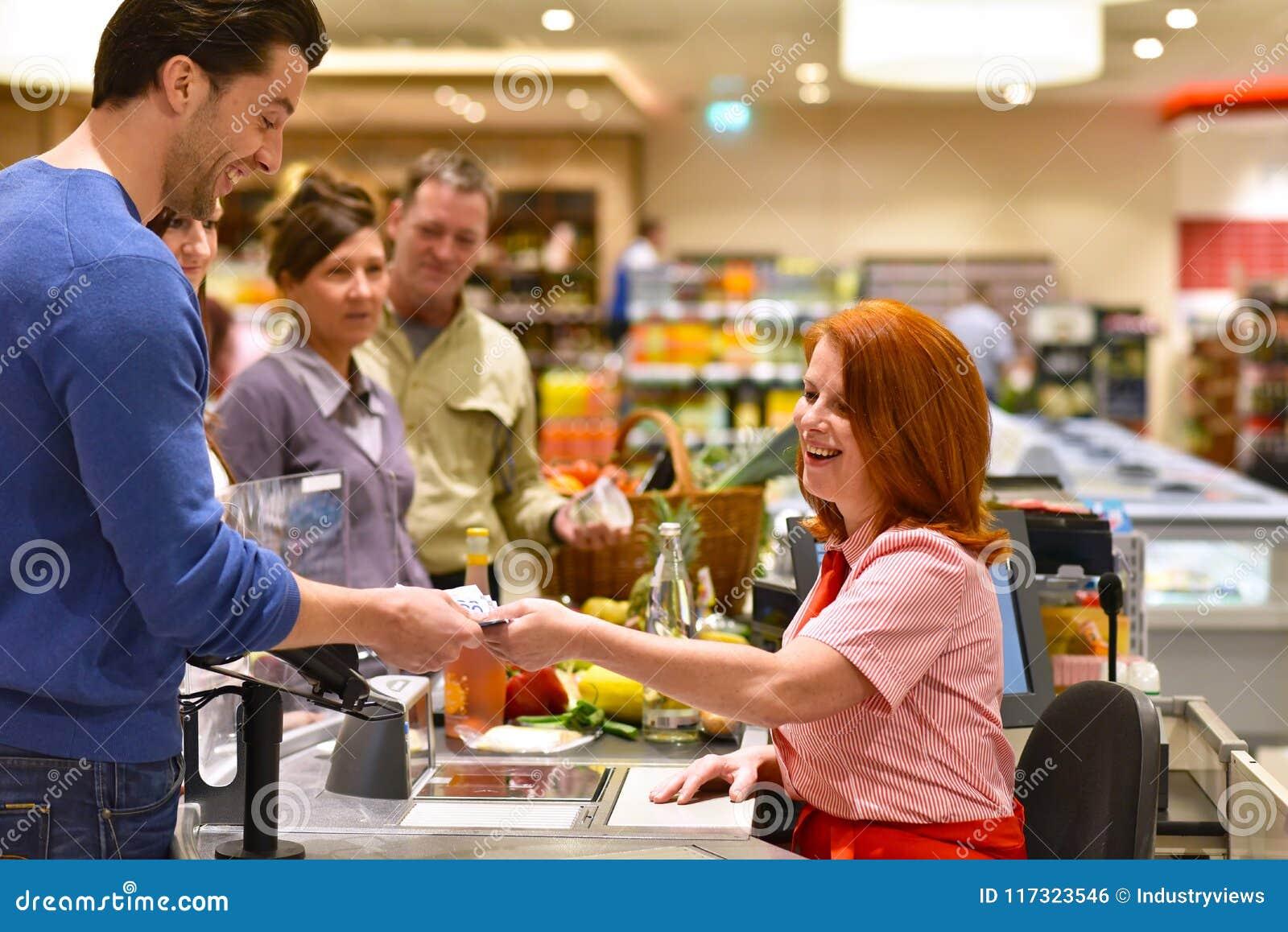 购物食物在超级市场-结算离开支付的人们