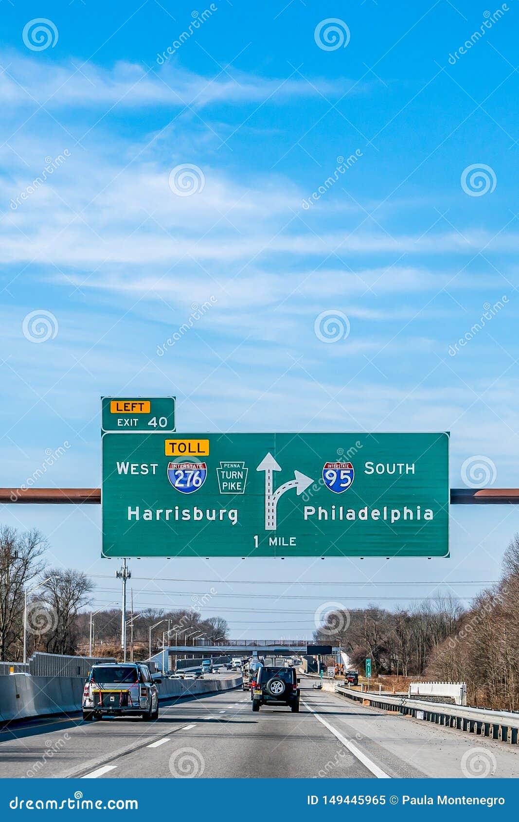 费城,宾夕法尼亚,美国- 2018年12月-与方向的标志向西部哈里斯堡和南费城