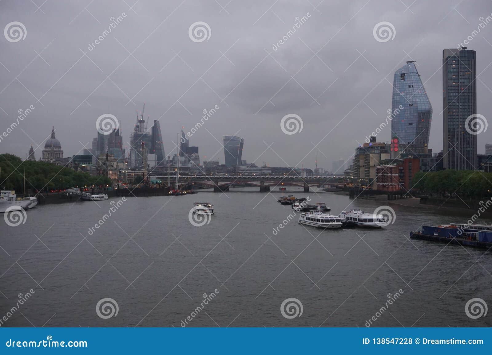 资本看法:在典型的英国天气的伦敦地平线