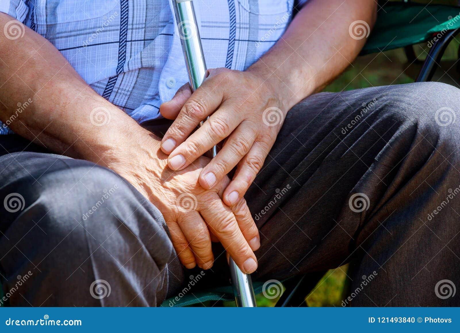 资深中部的特写镜头老人白种人手变老了男性