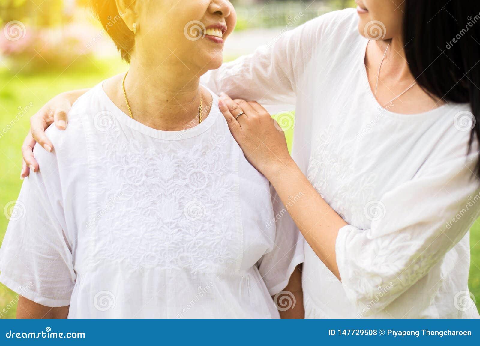 资深亚裔更老的母亲满意对手女儿小心和支持,关闭