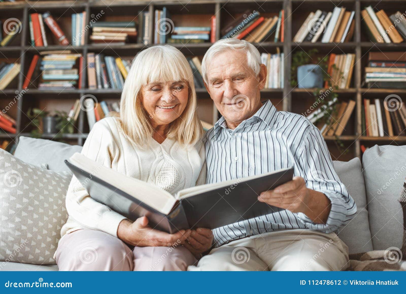 资深在家一起夫妇退休概念影集正面图