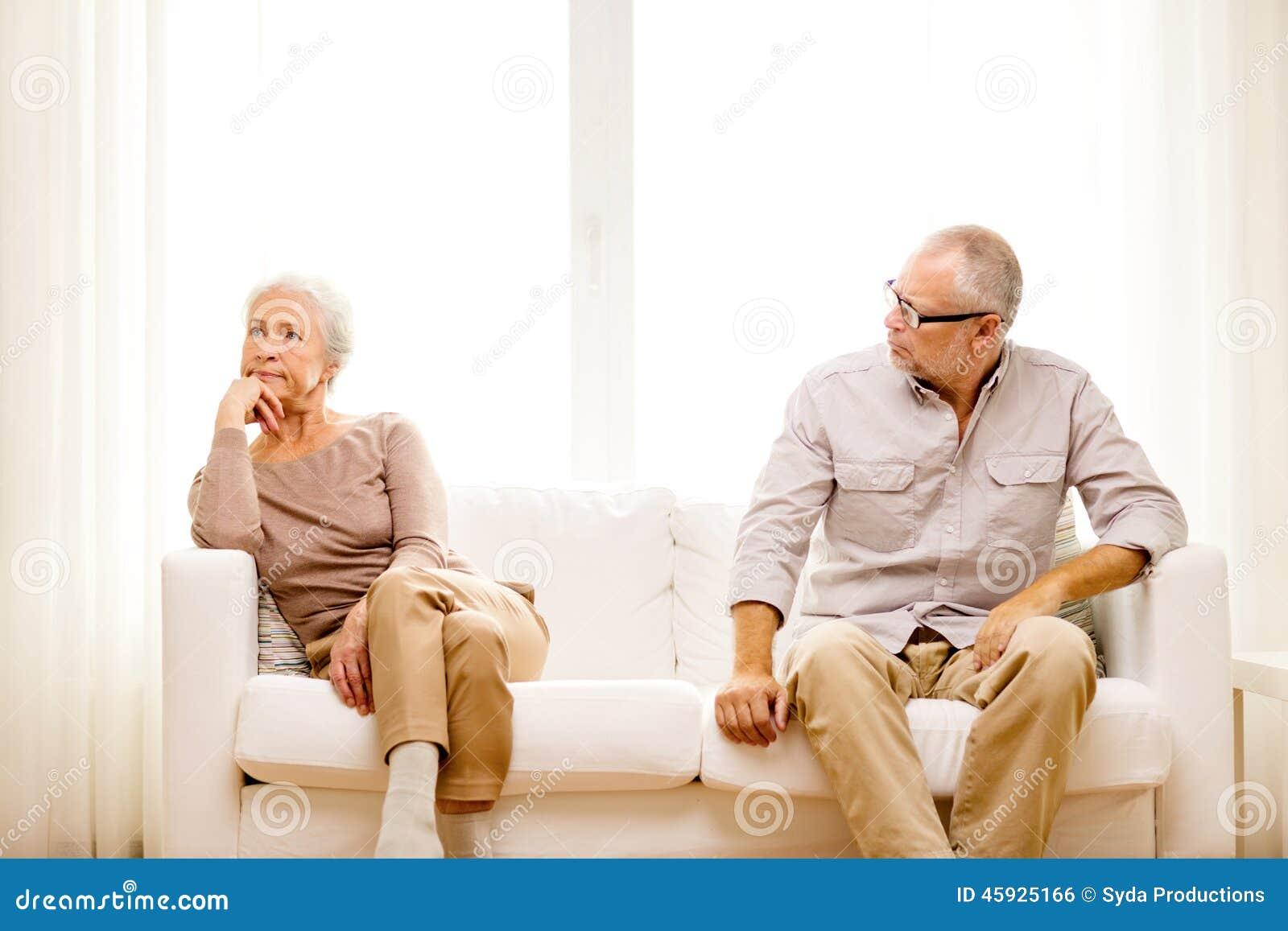 资深夫妇在家坐沙发
