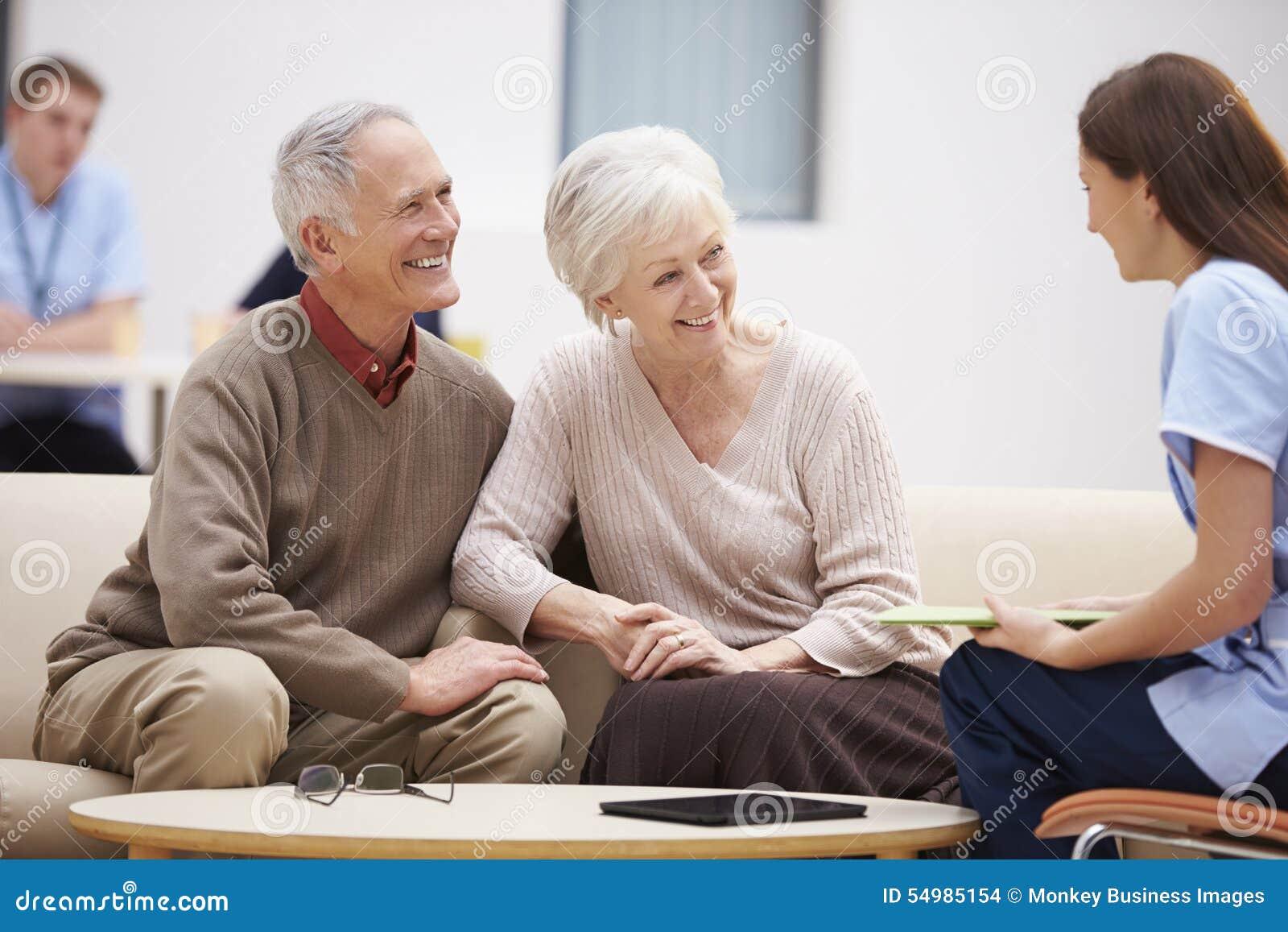 资深夫妇谈论测试结果与护士
