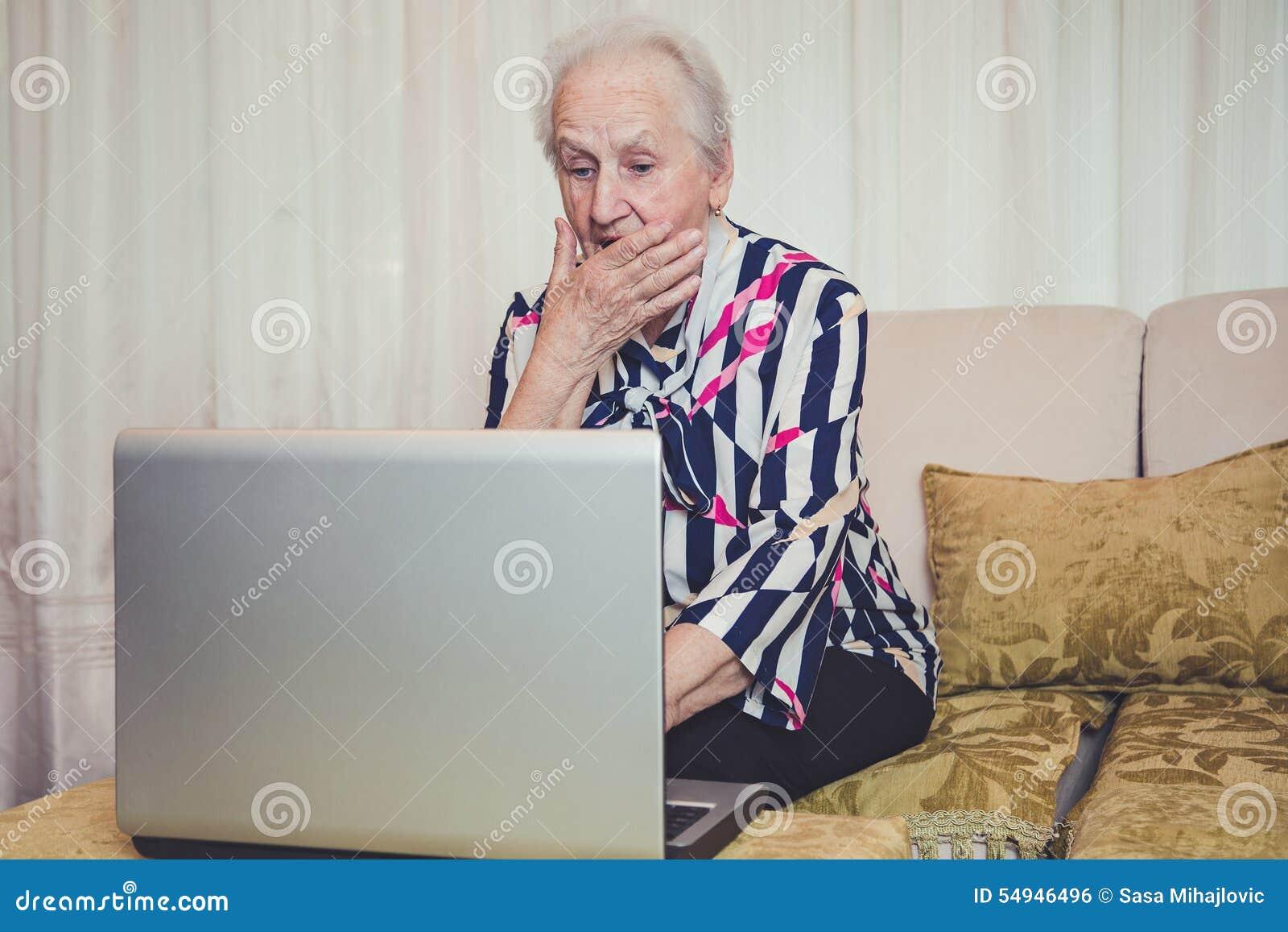资深妇女冲击与某事在膝上型计算机