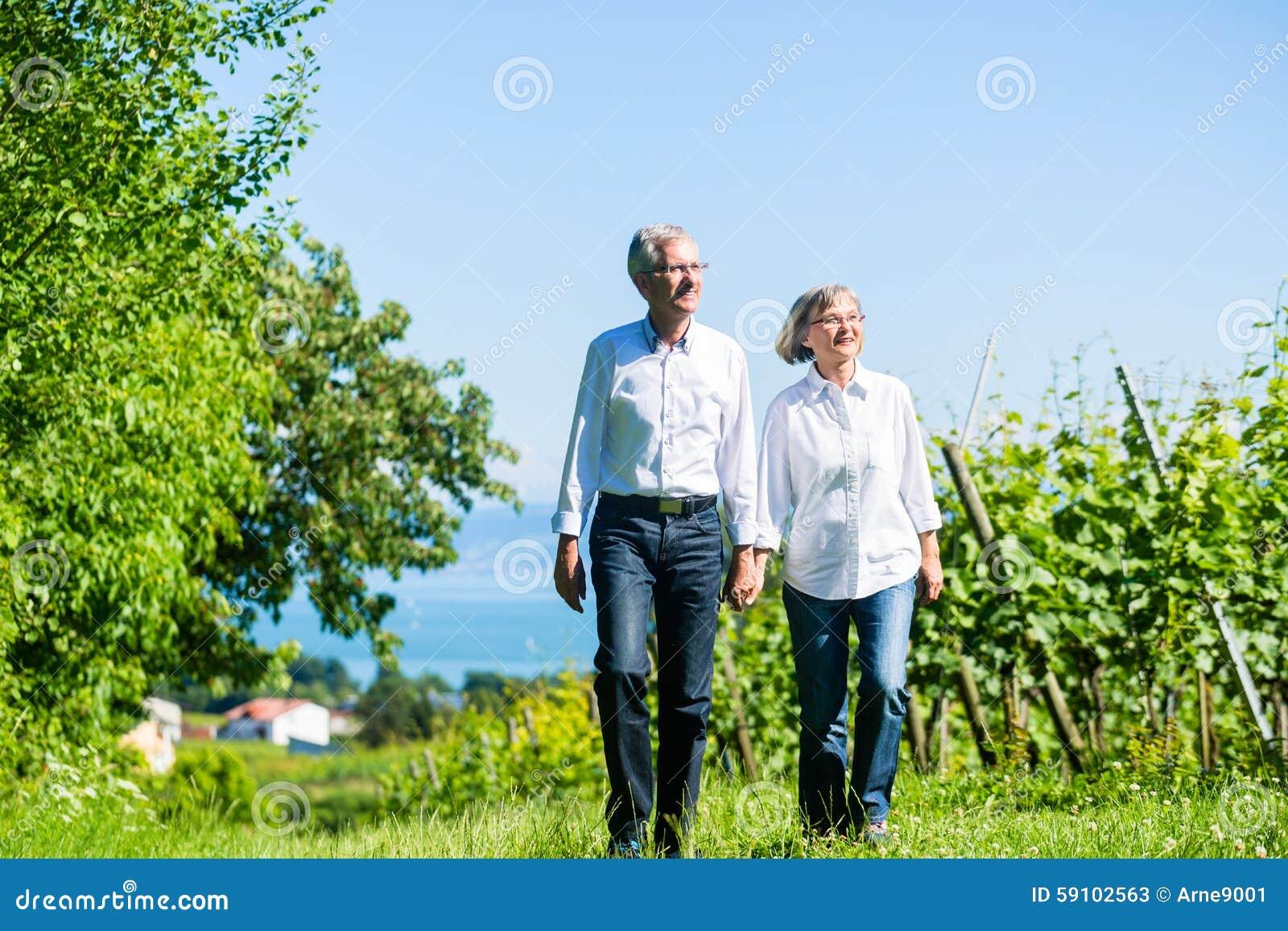 资深妇女和人有步行在夏天